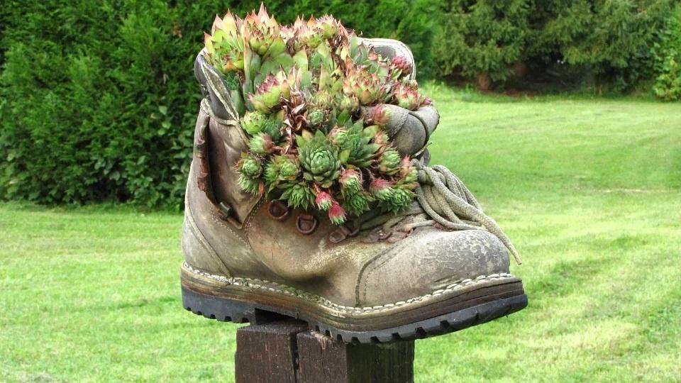 Alte Schuhe und Stiefel als Deko-Gegenstand! Geniale Gartendeko und Inspirationen. Garten mit alten Sachen dekorieren.