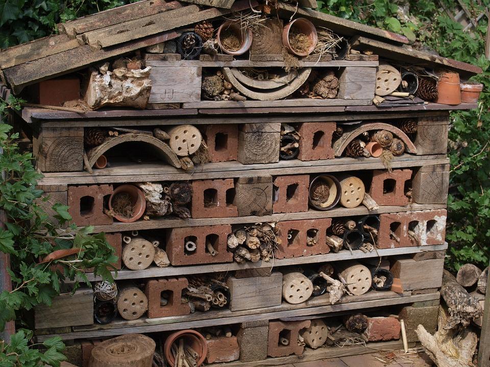 Insektenhotel aus alten Europaletten und Ziegelsteinen