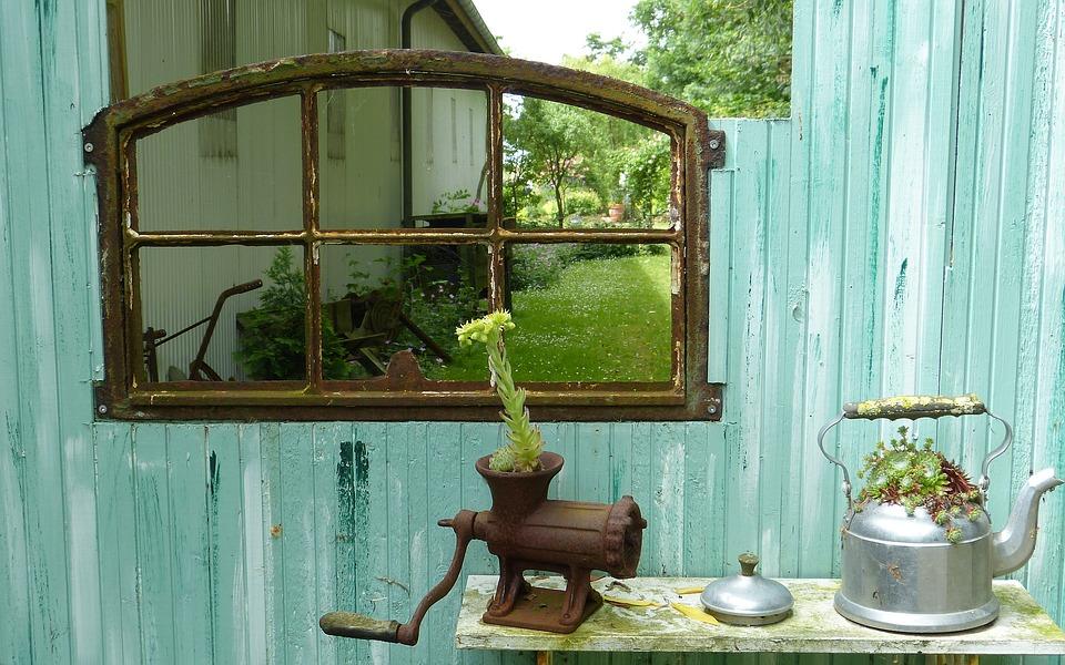 Teekannen aus Metall oder Fleischwolf aus Gusseisen als Deko für den Garten
