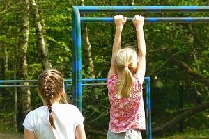 Das Klettern – der Sport für Kinder und Erwachsene. Kletterdreiecke, Kletterbögen oder Klettergerüste.